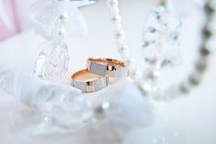Dos anillos de bodas Foto de archivo