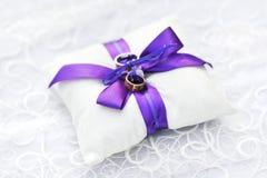Dos anillos de bodas Fotos de archivo