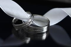Dos anillos de bodas Imágenes de archivo libres de regalías
