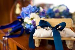 Dos anillos de bodas Fotos de archivo libres de regalías