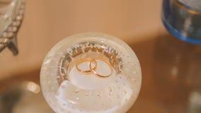 Dos anillos de bodas almacen de metraje de vídeo