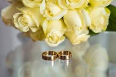 Dos anillos de bodas al lado de la ventana Fotografía de archivo libre de regalías