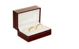 Dos anillos de bodas de oro en un rectángulo Fotografía de archivo libre de regalías