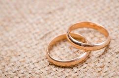 Dos anillos de bodas del oro Fotos de archivo
