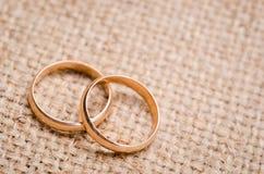 Dos anillos de bodas del oro Fotografía de archivo libre de regalías