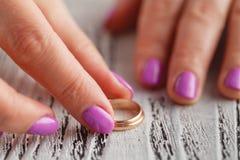 Dos anillos de bodas del oro en el brazo Pequeña profundidad del campo Imagen de archivo