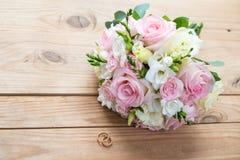 Dos anillos de bodas del oro y la boda hermosa están en la tabla de madera marrón Imagenes de archivo