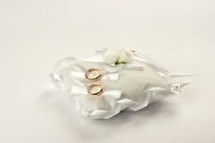 Dos anillos de bodas en la almohada blanca Foto de archivo libre de regalías