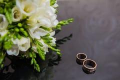 Dos anillos de bodas en muestra del infinito Concepto del amor Fotos de archivo