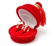 Dos anillos de bodas en rectángulo Imagenes de archivo