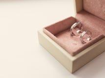 Dos anillos de bodas en rectángulo Fotografía de archivo libre de regalías