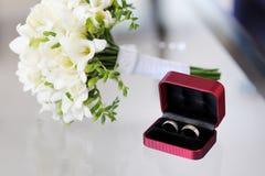 Dos anillos de bodas en rectángulo agradable Foto de archivo