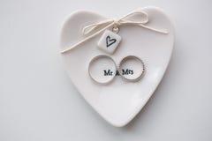 Dos anillos de bodas en un fondo blanco Sr. Una vez el hogar de Sr imagen de archivo