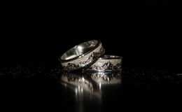 Dos anillos de bodas en un fondo negro Fotos de archivo libres de regalías