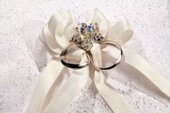 Dos anillos de bodas en una almohada blanca Imagenes de archivo