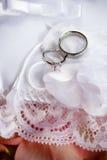 Dos anillos de bodas en una almohadilla fotografía de archivo libre de regalías