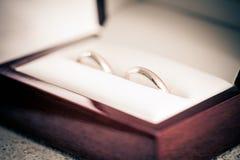 Dos anillos de bodas en una caja Imagen de archivo libre de regalías