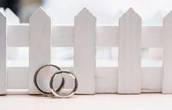 Dos anillos de bodas hechos del primer del oro blanco Fotografía de archivo libre de regalías