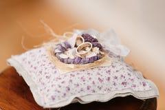 Dos anillos de bodas de oro que ponen en la bandeja accesorios para la novia y el novio Preparación para la ceremonia Fotografía de archivo