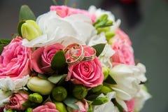 Dos anillos de bodas, rosas rojas Fotografía de archivo