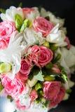 Dos anillos de bodas, rosas rojas Imagenes de archivo