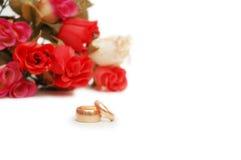 Dos anillos de bodas y flores Imagen de archivo