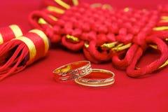 Dos anillos de bodas y nudo chino Fotografía de archivo libre de regalías