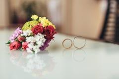 Dos anillos de bodas y un novio del boutonniere Fotos de archivo libres de regalías