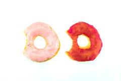 Dos anillos de espuma mordidos rosados aislados en el fondo blanco Imagen de archivo libre de regalías