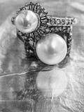 Dos anillos de la perla de la vendimia Fotos de archivo libres de regalías