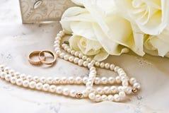Dos anillos y perlas Imágenes de archivo libres de regalías