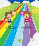Dos animadoras jovenes que bailan en el camino colorido Imagenes de archivo