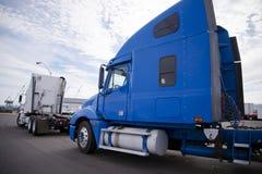 Dos aparejos grandes semi acarrean los tractores que se colocan en el estacionamiento adentro Imagen de archivo libre de regalías