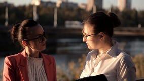 Dos arquitectos de sexo femenino están discutiendo un proyecto de nueva construcción almacen de video
