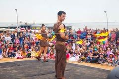 Dos artistas del fuego que se preparan para realizarse con la estrella de David en Puri Fotografía de archivo