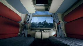 Dos asientos y una tabla en un cupé del tren el viajar por concepto del tren almacen de metraje de vídeo
