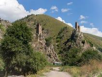 Dos atalayas en una garganta de la montaña imagen de archivo libre de regalías