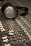 Dos atenuadores de mezclador sucio viejo de sonidos en foco Imagen de archivo