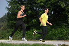 Funcionamiento/que activa de dos atletas de los hombres Imagen de archivo libre de regalías