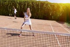 Dos atletas en campo de tenis Imagen de archivo libre de regalías