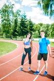 Dos atletas jovenes en campo de la pista Foto de archivo