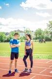 Dos atletas jovenes en campo de la pista Fotografía de archivo libre de regalías