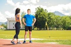 Dos atletas jovenes en campo de la pista Imagen de archivo