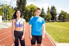 Dos atletas jovenes en campo de la pista Imagen de archivo libre de regalías