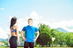 Dos atletas jovenes en campo de la pista Imagenes de archivo