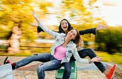 Dos atractivos, mujeres felices jovenes hermosas Fotos de archivo