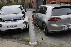 Dos auto eléctrico alemán _VW y BMW Foto de archivo