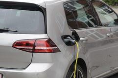 Dos auto eléctrico alemán _VW y BMW Fotos de archivo