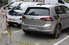 Dos auto eléctrico alemán _VW y BMW Imagen de archivo libre de regalías