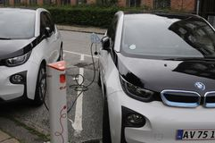 Dos auto eléctrico alemán _VW y BMW Foto de archivo libre de regalías
